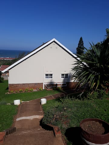 """""""A really worthwhile holiday cottage - great braai area for family time with a beautiful sea view. We really enjoyed our stay here."""" Linda July 2018"""