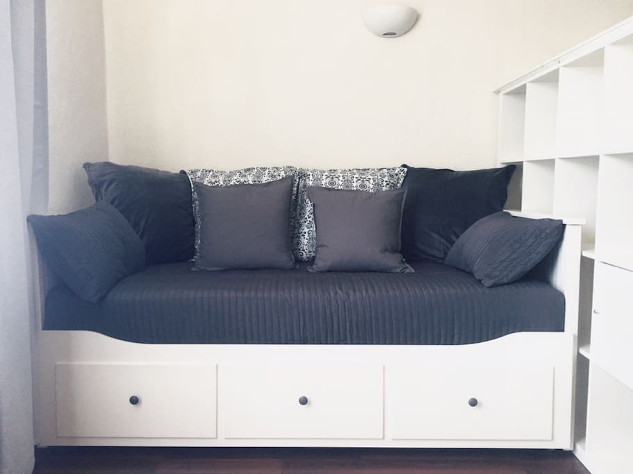 Pull out bed in the living room (becomes king size)