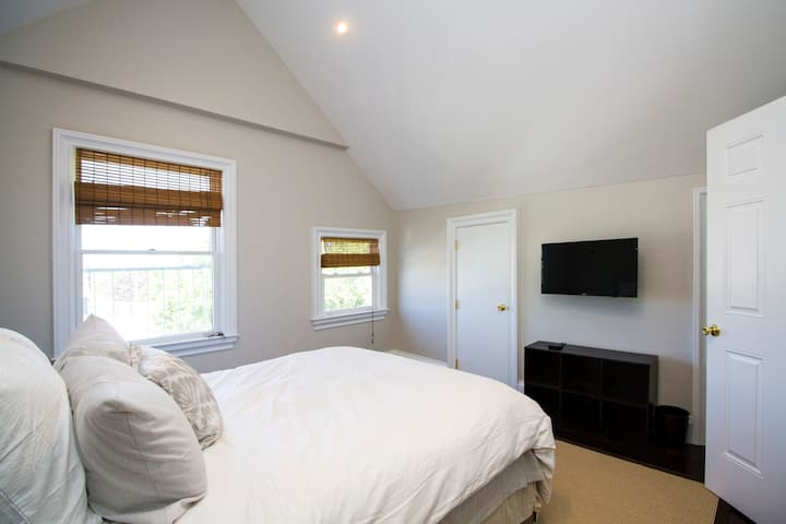 Southampton Village Bedroom - Prime Location