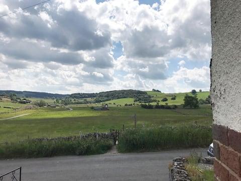 Huis in Peak District dorp met een prachtig uitzicht