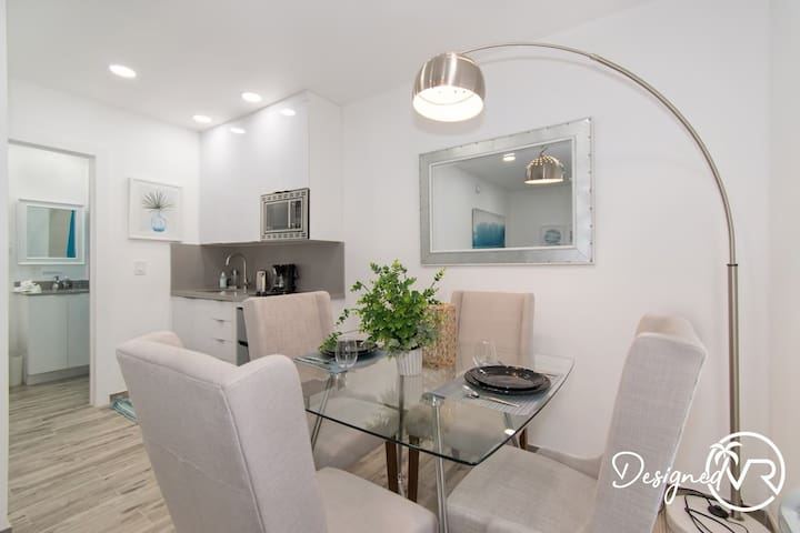 Chic 1 BR w/ Parking Space & Walk to the Beach #6