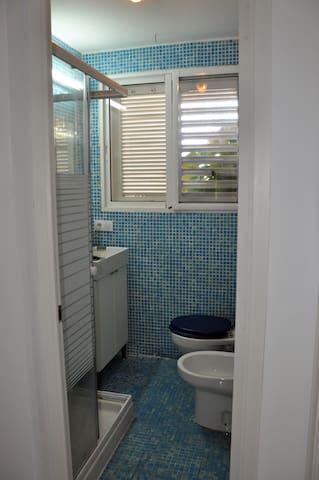 Baño 2 con ventana al jardín