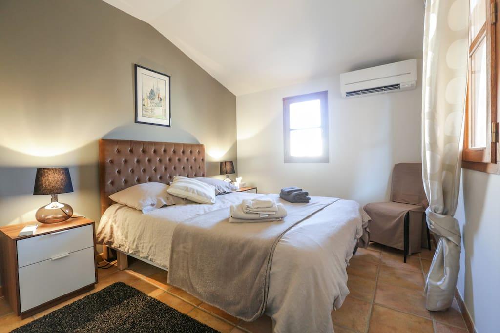chambre avec lit 1.40 2 fenêtres