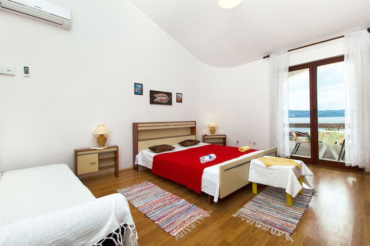 One bedroom Apartment, 50m from city center, beachfront in Sumpetar (Omis), Balcony