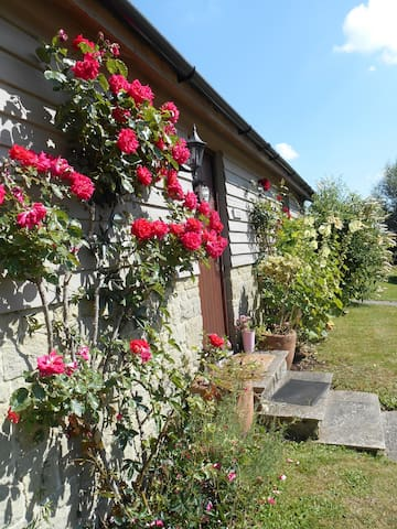 Spacious Swallow Cottage   - Salisbury - House