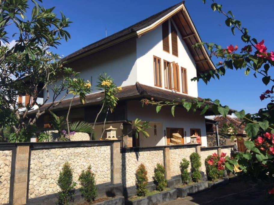 ervaar het Balinese dorpsleven in de Westerse luxe van Villa Ananda