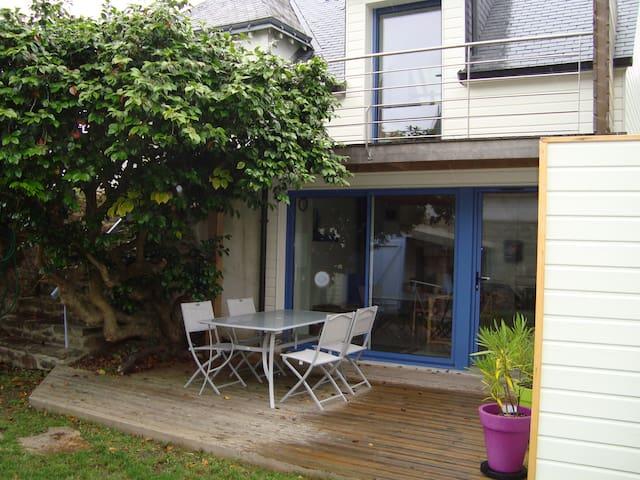 Charmante petite maison avec jardin clos de murs - Île-aux-Moines - Casa