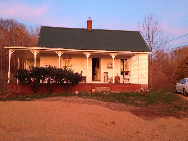 Cozy 2 bedroom farmhouse in country - Johnson City - Haus