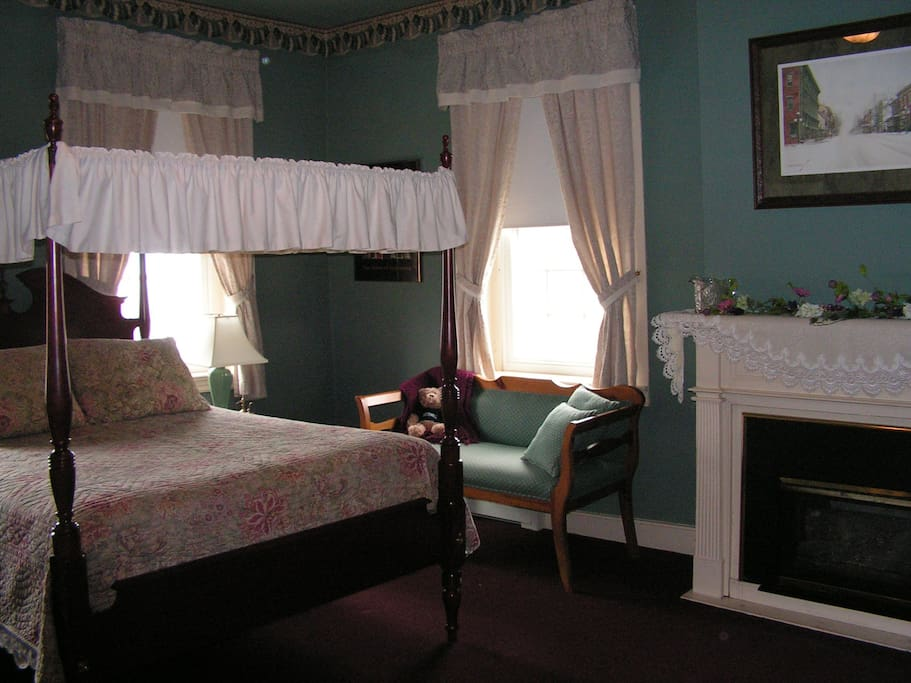 Queen size Canopy Bed with great view of the town.