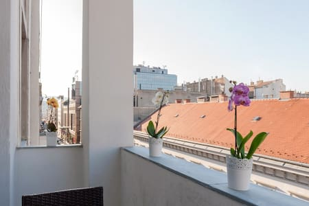 Basilica Balcony Apartment 2Be/2Ba