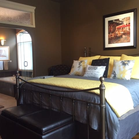 The Stone Gate Inn -Serenity Suite - De Winton - Bed & Breakfast