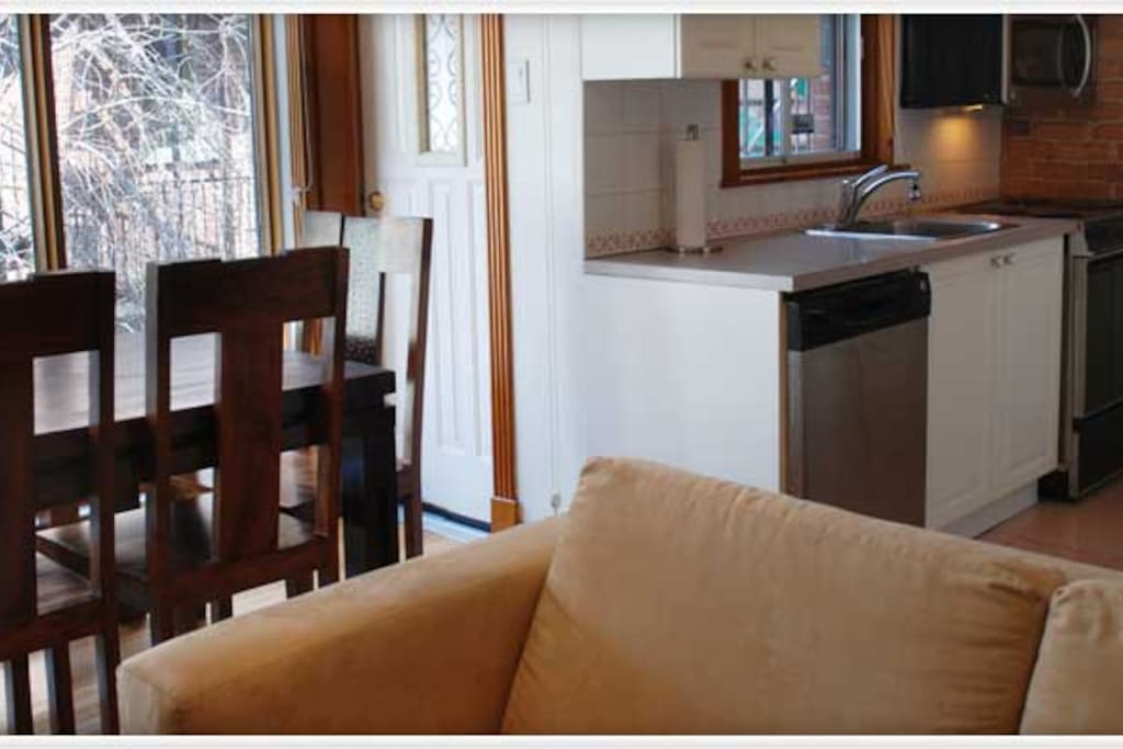Séjour à aire ouverte avec cuisine adjacente