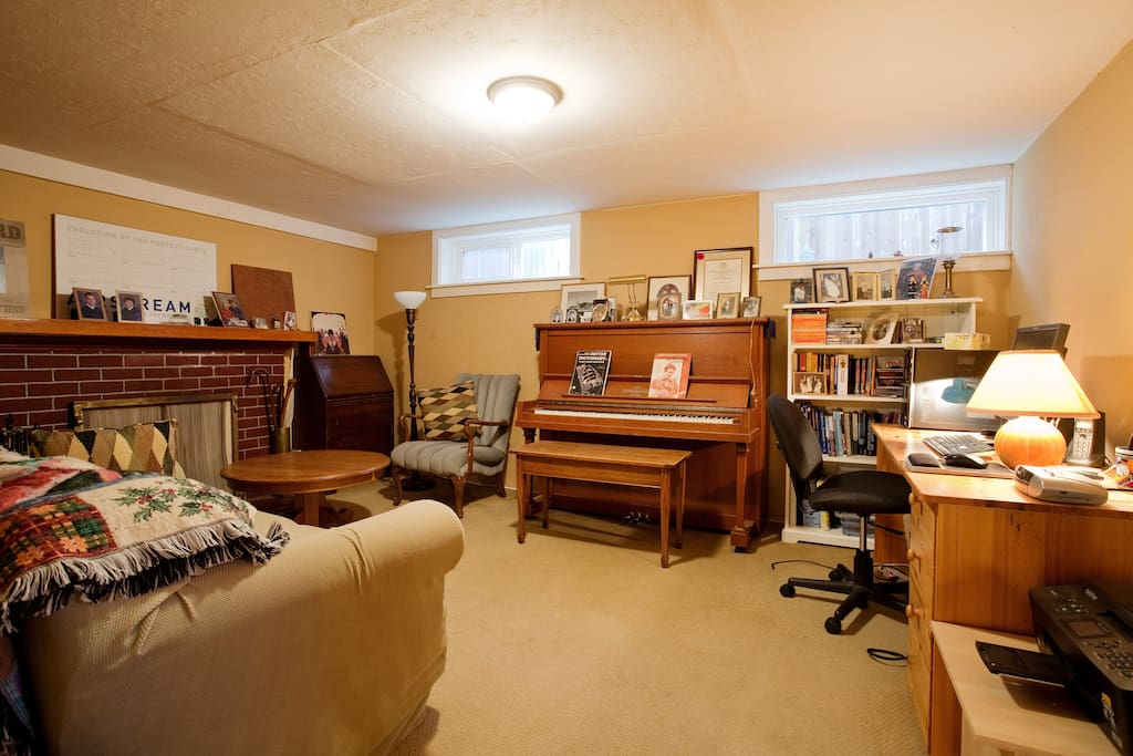 Relax with the piano, books, fireplace and couch. Single bed setup here if required.