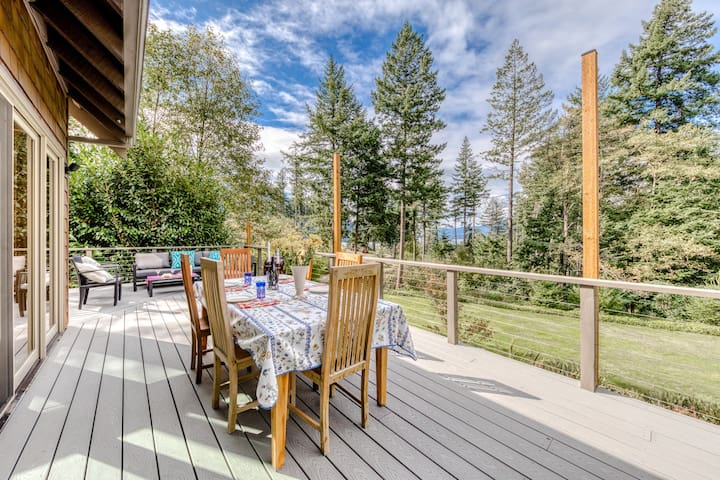 Dog-friendly home w/ a private hot tub, game room, & deck w/ views of the Gorge