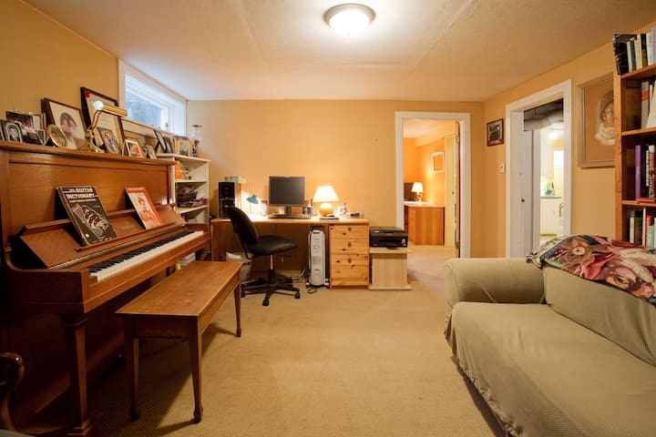 Sunny suite, close to university and downtown