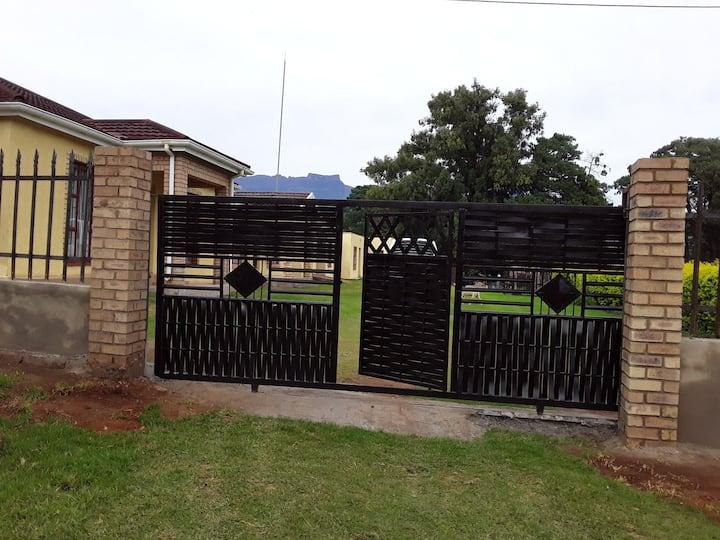 Beautiful Homestay in Bergville Mazizini Newstand