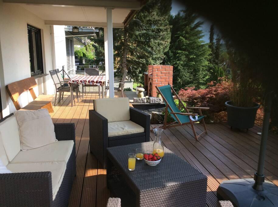 Aussenbereich mit Gartentisch, Grill und Lounge