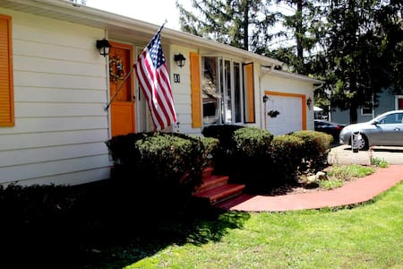 Queen in spacious home in Picturesque Fredonia - Fredonia - Hus