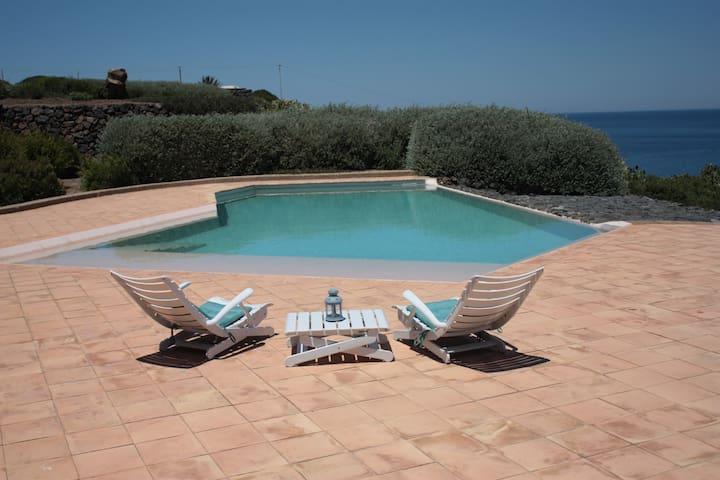 piscina a sfioro vista mare