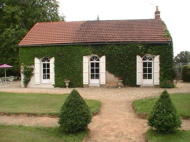 Maison blanche - Saint-Denis-de-Jouhet - Huis