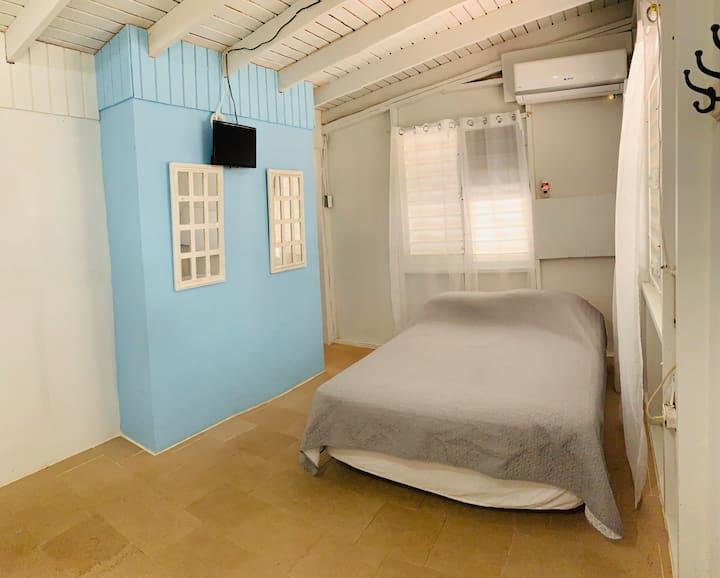 Ático fresco / básico/ aire/ tv/ baño privado