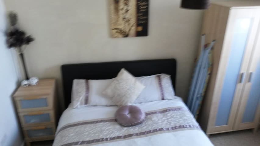 King size bed.  Solihull, B92 - Solihull - Apartemen