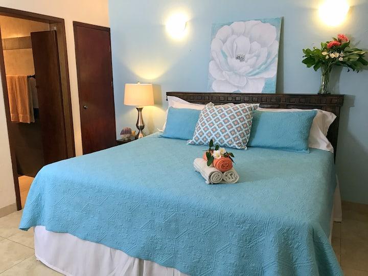 IslaMar Villas (Down A)~King Bed, TV, Pool & Porch