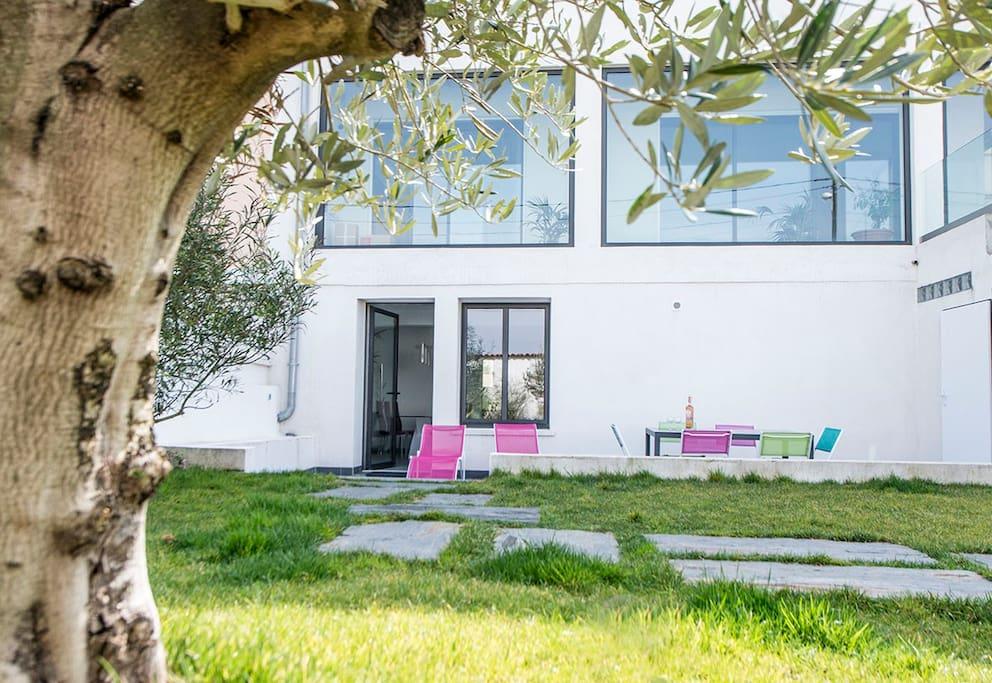 Jardin arboré et terrasse