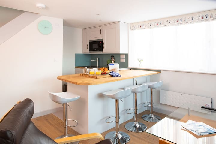 Stay near sea & sailing club in stylish 1bd house