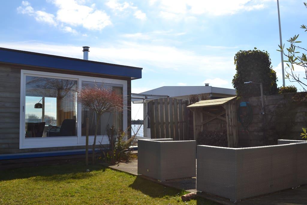 Nogmaals het aanzicht vanuit de tuin/lounge set
