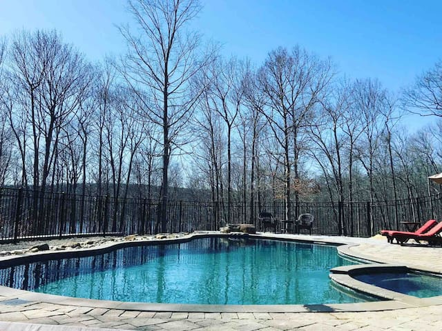 Large Secluded Home; Pool, Hot tub, Bonfire!
