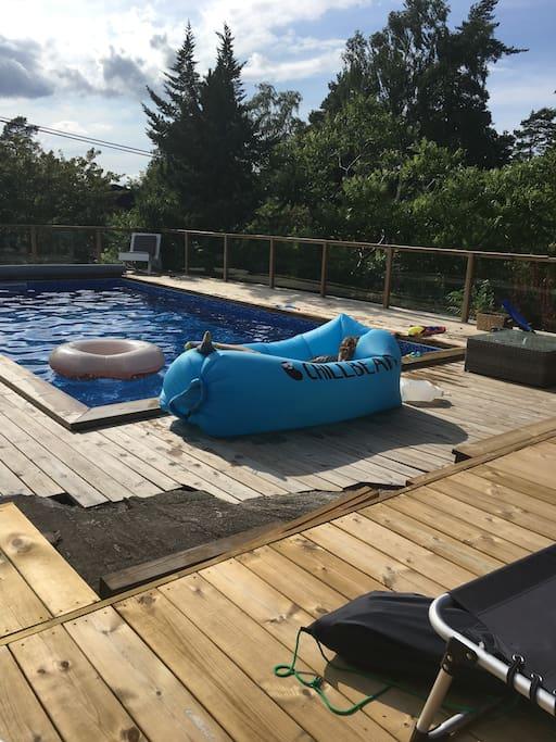 Soldäck och poolen.