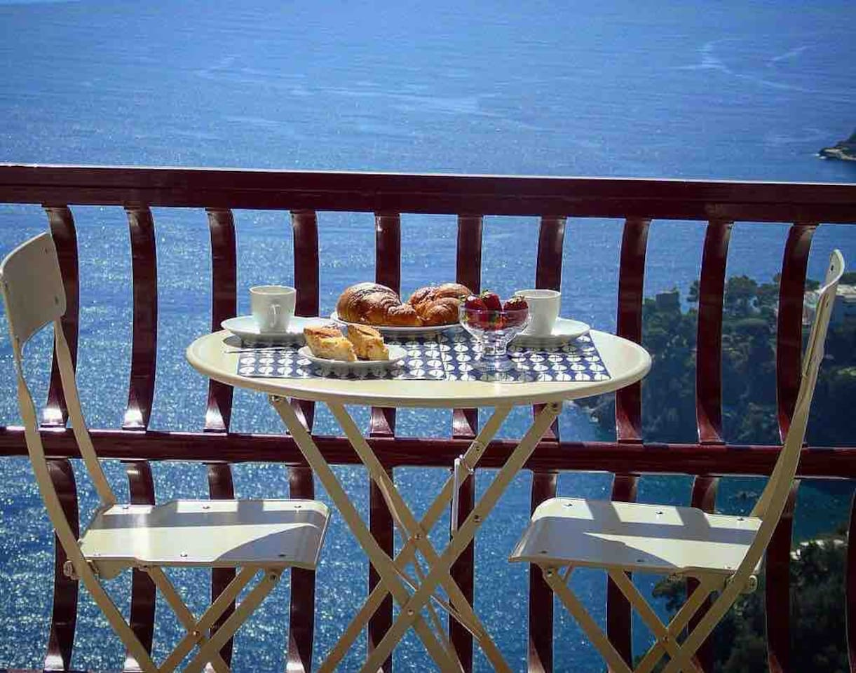 Spacious balcony with table and chairs: EXCELLENT for BREAKFAST, DINNER or enjoy a RELAXING WINE with spectacular views of the Amalfi Coast