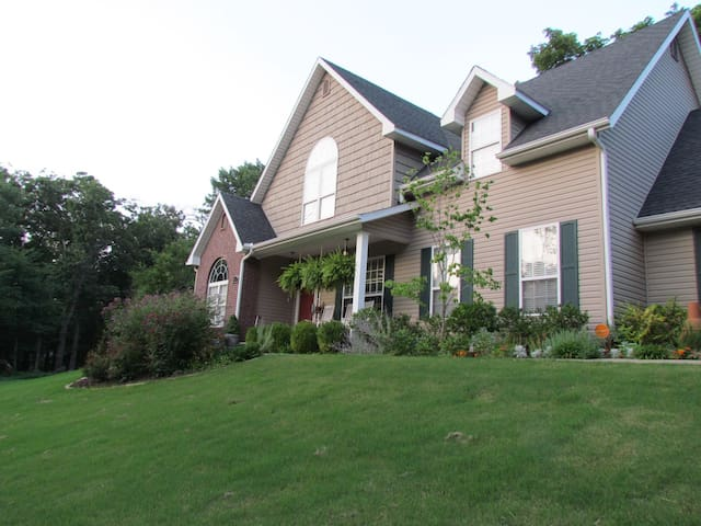 Lovely home near all the best Fayetteville offers! - Fayetteville - House