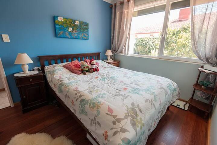 Queenbett 150cm mit Blick in den Garten, Queen size bed with gardenview