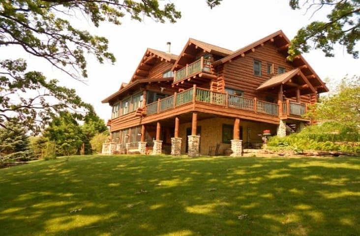 Beautiful Full Log Lodge on 44 Acre - Blue Mounds - Hus