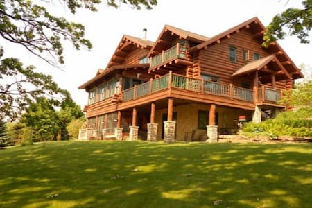 Beautiful Full Log Lodge on 44 Acre - Blue Mounds - Casa