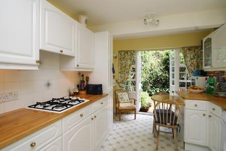 Pretty Sunny Single - Stunning Home