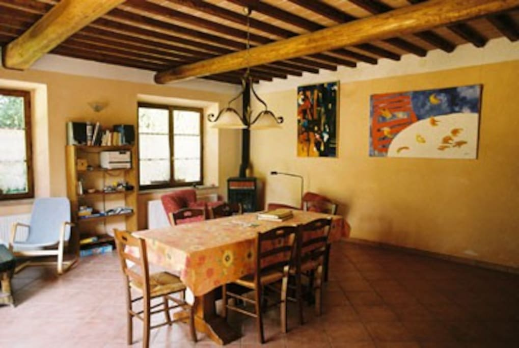Die Wohnküche des Fienile 1 mit Kaminofen