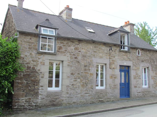 5 Star Beautiful 3 bedroom cottage - with parking