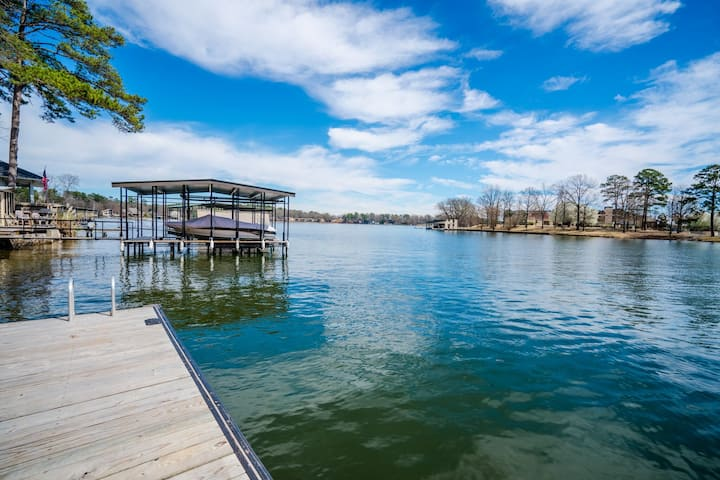 BEAUTIFUL LAKE HOUSE! On the WATER- very spacious!
