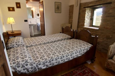 Camera x 2 in splendido Agriturismo - Mongiorgio - Bed & Breakfast
