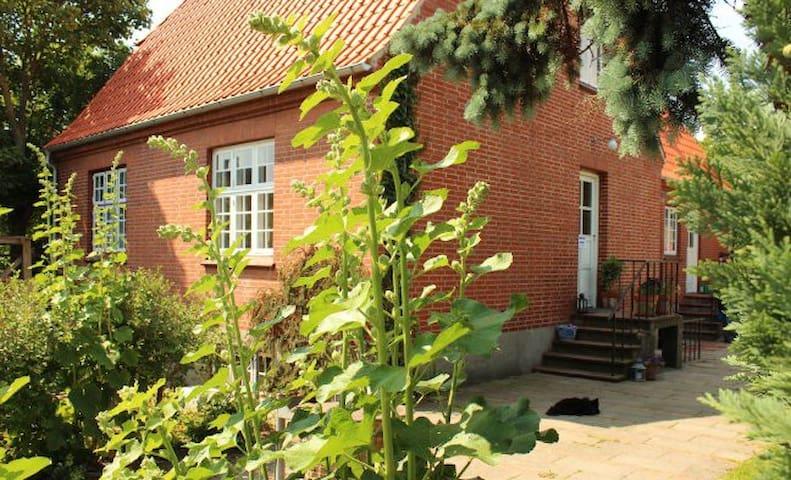 Hyggeligt hus i Gl.Lundeborg, ved skov og strand. - Hesselager - Dům