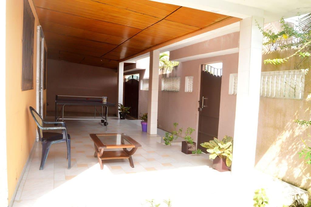 Terrasse, portails d'entrée et garage