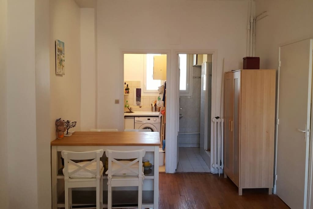 Table à manger/bureau, cuisine et salle de bains indépendantes.