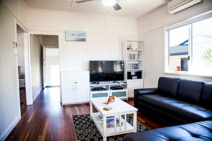 Urangan Harbour Cottage - Luxury on the water!