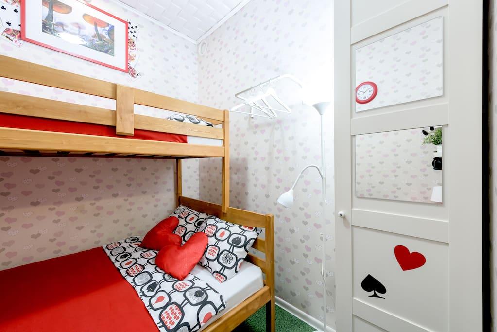 В номере:  - удобства (душ и туалет) - широкая двуспальная кровать (140 см) со вторым ярусом (90 см) - небольшой шкаф со штангой и полками - прикроватная полка - табурет - стол - зеркало - неограниченный доступ к Wi-Fi