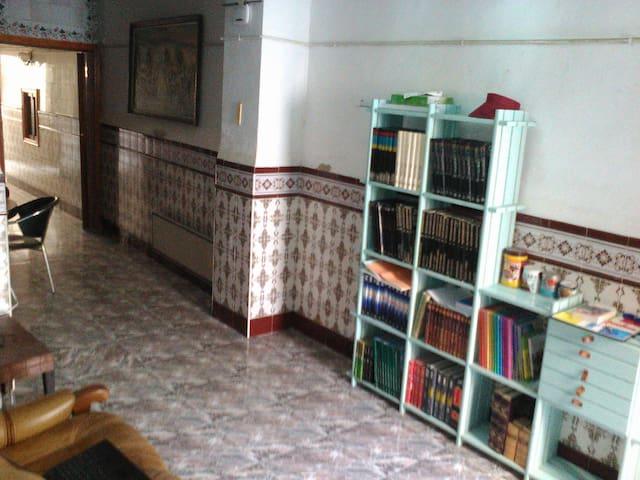 Chambre partagée de 3 lits dans maison de village - Turís - Rekkehus
