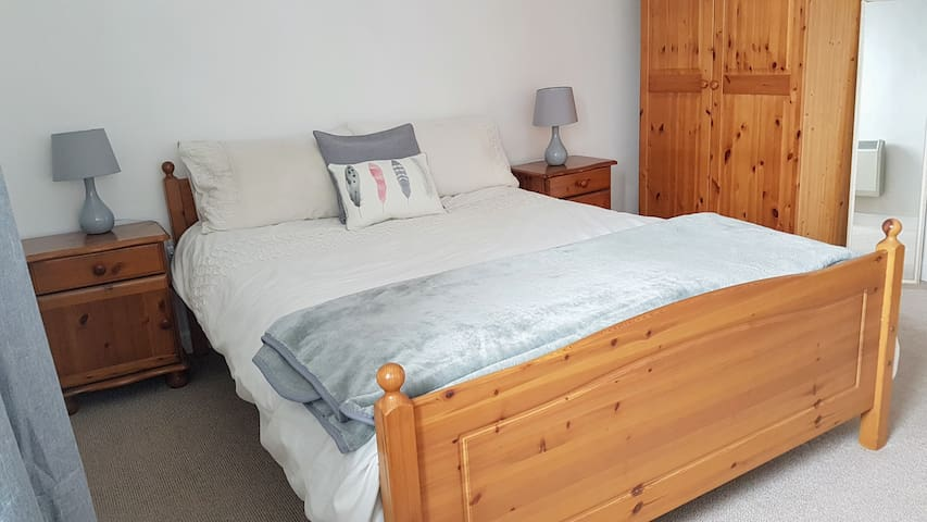 Bright & Quiet Private Double Room in Centre