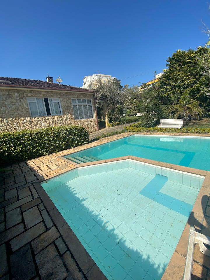 Linda casa com jardim, piscina, natureza e Wi-Fi!!
